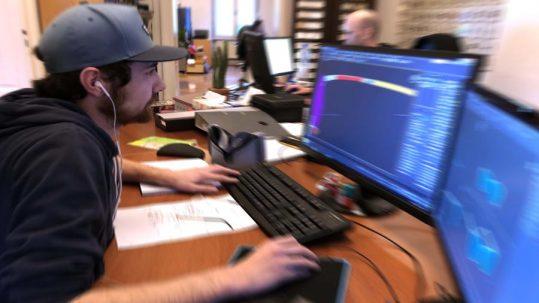 Unternehmen MKFX Erfolgsstory - Mensch vor einem Computer bei der Arbeit